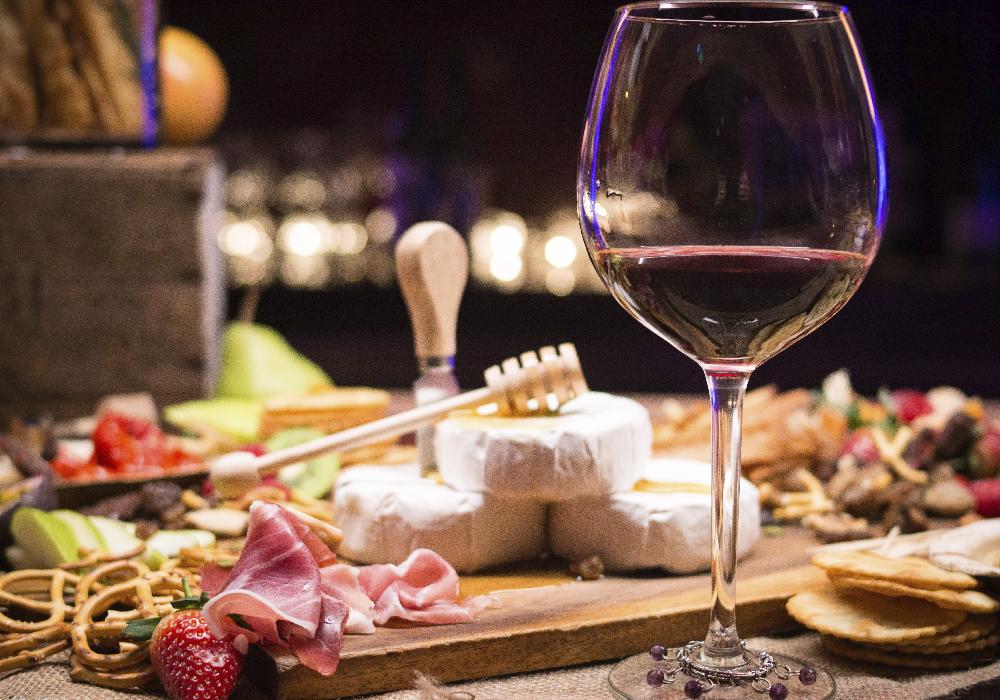 Es bien sabido que el vino tinto se acompaña muy bien de quesos fuertes, embutidos o carnes frías.