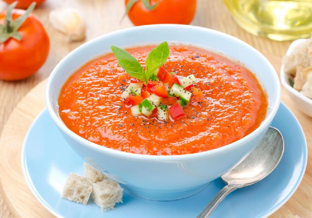 Platillo típico de Andalucía, se sirve en frío y tiene diversas variaciones, pero entre sus principales ingredientes están: aceite de oliva, vinagre, agua, pan, hortalizas crudas, generalmente tomates, pepinos, pimientos, cebollas y ajo.