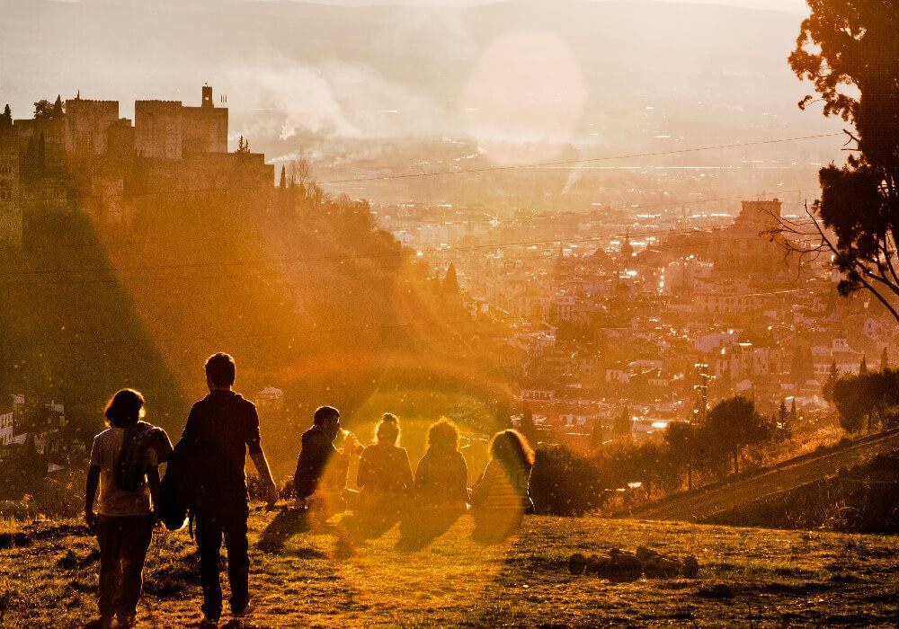 Turistas visitando la hermosa ciudad de Granada, si aún no la conoces, ¿Qué estás esperando?