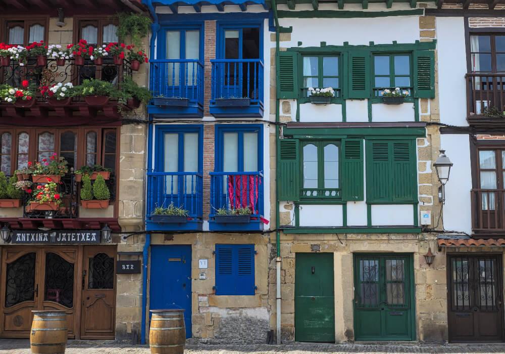 Este es el municipio del País Vasco, con sus barrios históricos es una ciudad que no puedes dejar de visitar en tu paso por el País Vasco.