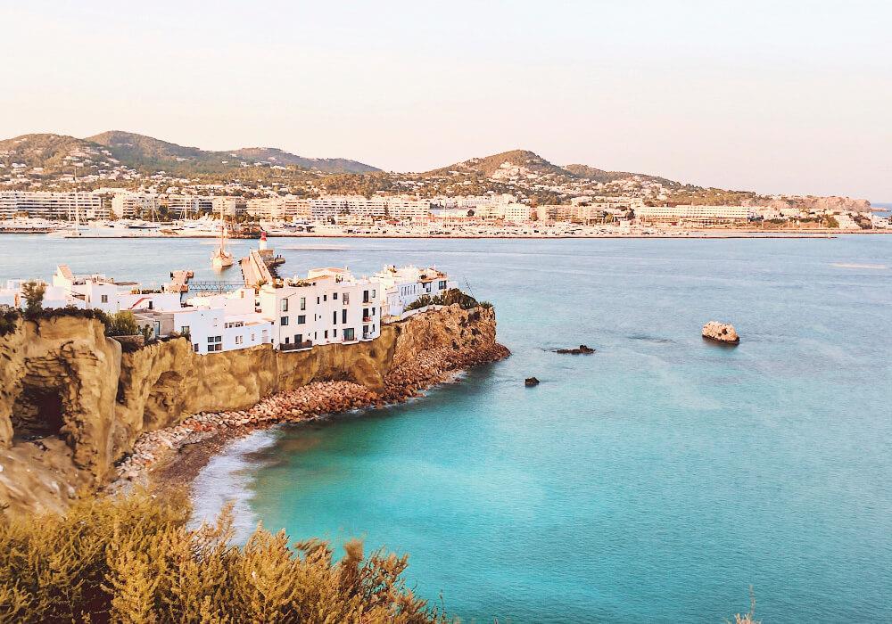 Forma parte de las Islas Baleares, conocida por su animada vida nocturna y sus villas tranquilas.