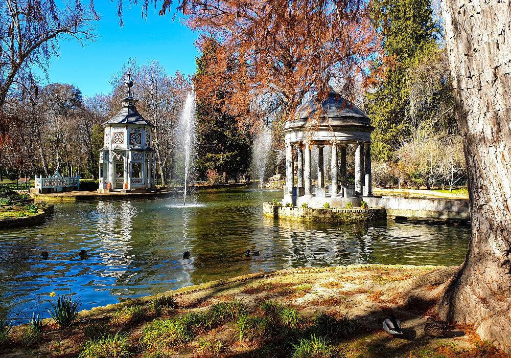 Es un bello conjunto de parques y jardines y están ornamentados dignos para que tu los visites y no pierdas la oportunidad de fotografiarte en ellos.