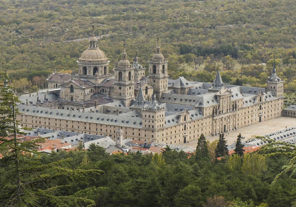 Está conformado por una basílica, un panteón, un palacio real, una biblioteca, un colegio y un monasterio.