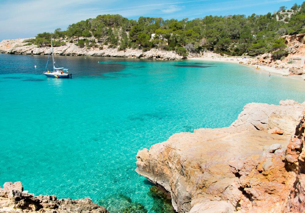 Es un increíble lugar para vacacionar y nadar en el océano, podrás degustar de la comida que están en los puestos tradicionales.