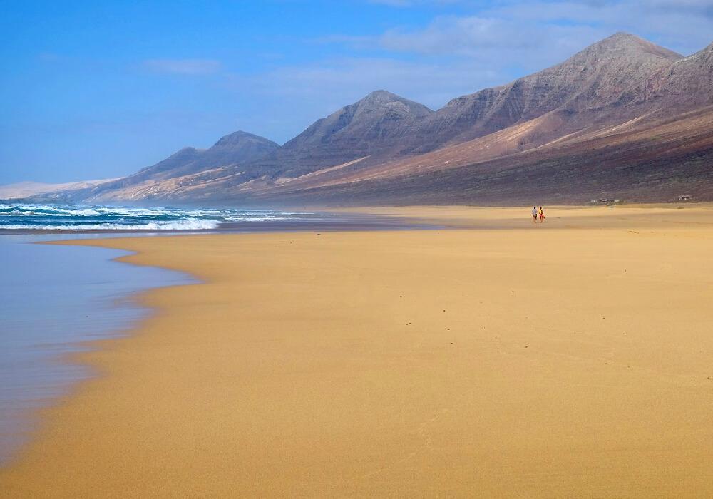 Una playa con vistas espectaculares y una agua sumamente cristalina.