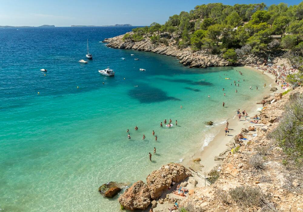 Una playa que definitivamente tienes que conocer, en la maravillosa Ibiza.