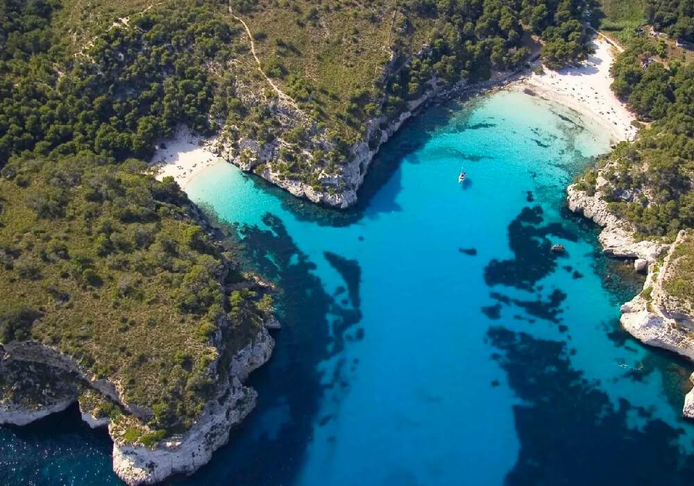 Rodeada de acantilados, es un lugar paradisiaco con agua tranquila y un bello entorno rústico.