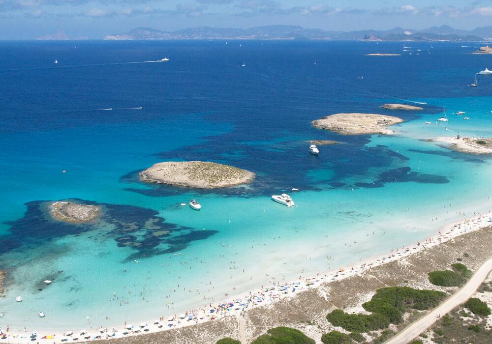 Se encuentra ubicada en el Parque Natural de Ses Salines, pertenece a la parroquia de Sant Ferran de Ses Roques.