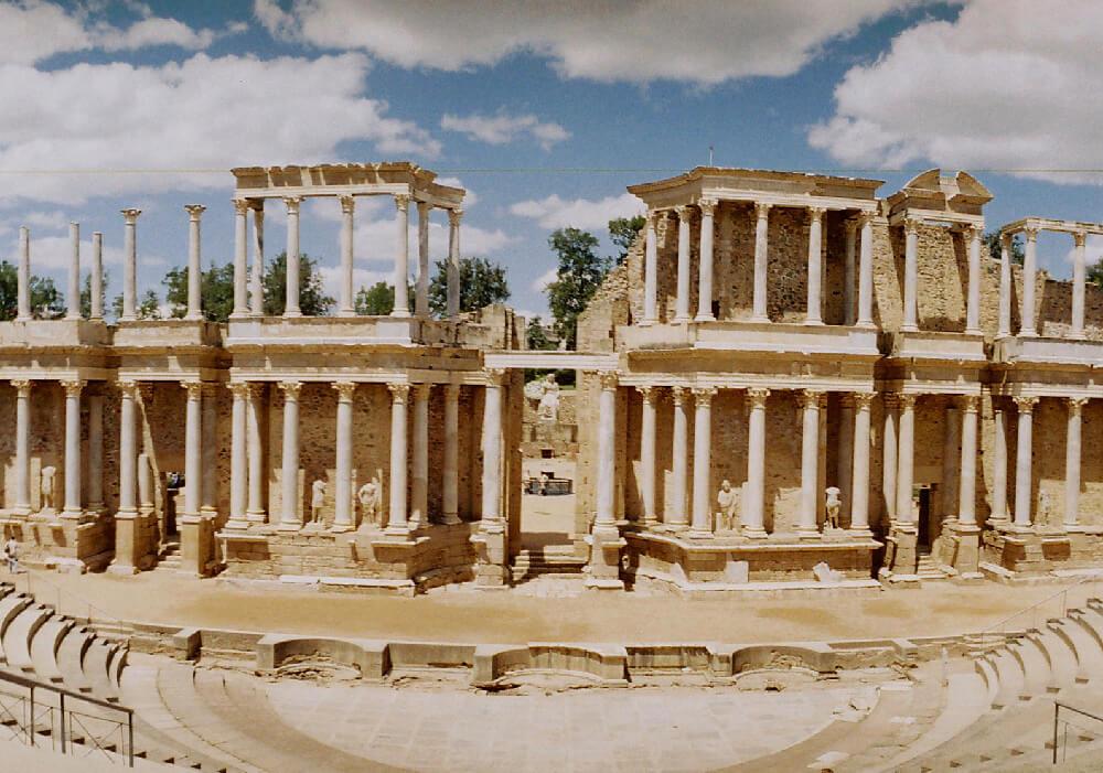 Es un teatro levantado por la antigua roma, y forma parte del conjunto arqueológico de Mérida.