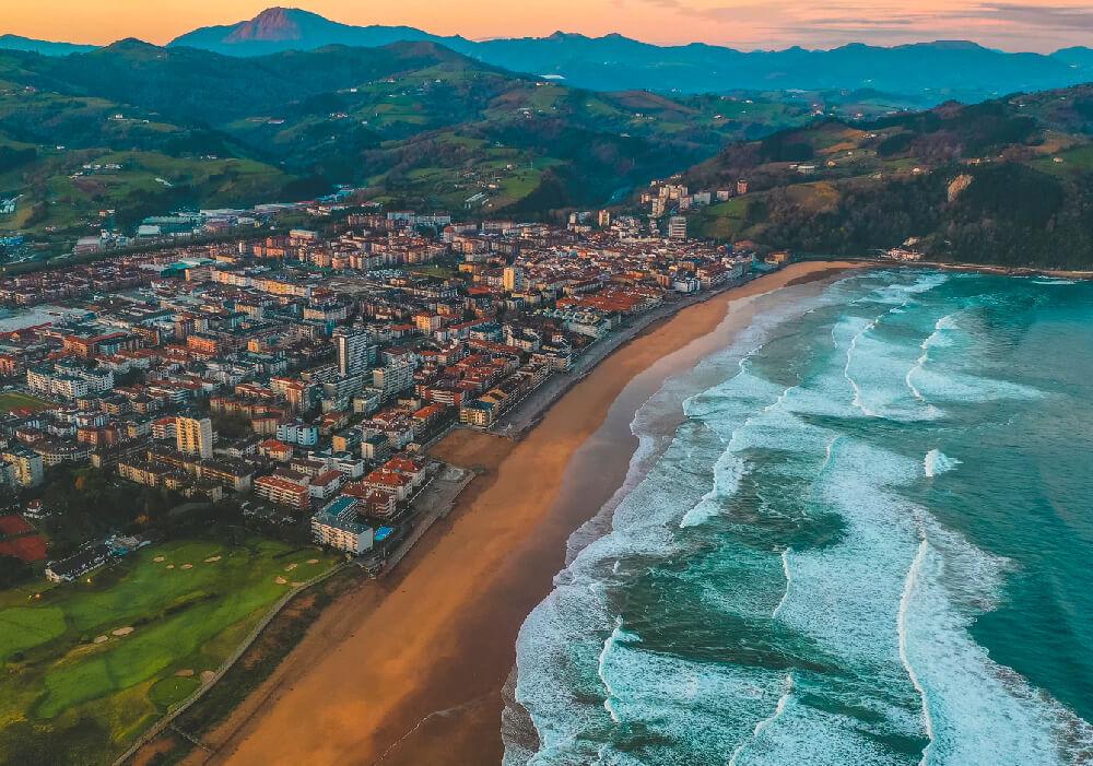 Ésta Playa es la más extensa de todo el País Vasco y una de las más largas del Cantábrico.
