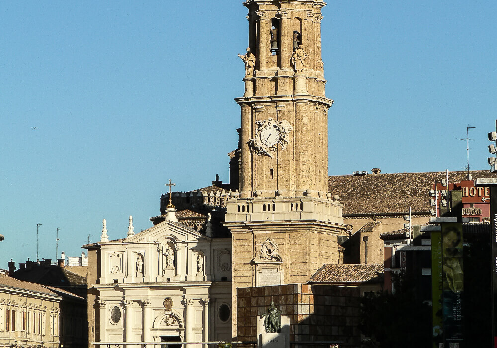 Ésta hermosa catedral está construida en el antiguo foro romano y tiene un estilo románico.