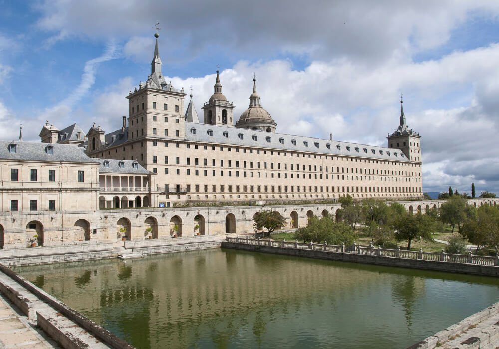 Complejo que alberga un palacio real, basílica, panteón, biblioteca, colegio y monasterio.