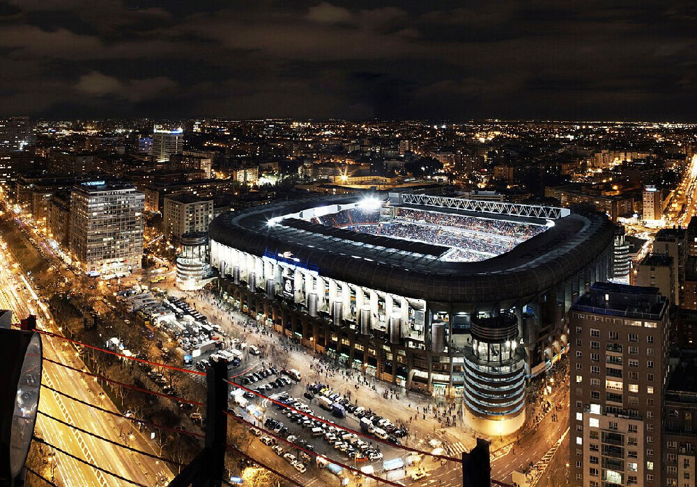 No te pierdas el esplendor del estadio de noche, con todas las luces alumbrando la ciudad.