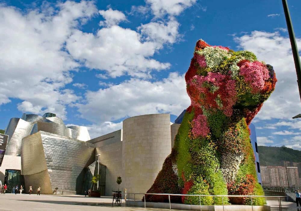 """También conocida como """"puppy"""" esta es una de las asombrosas esculturas que adornan a este museo en su exterior."""