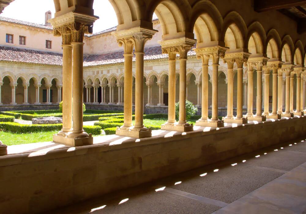 No te dejes engañar por tanta belleza, efectivamente es un monasterio y no un museo.