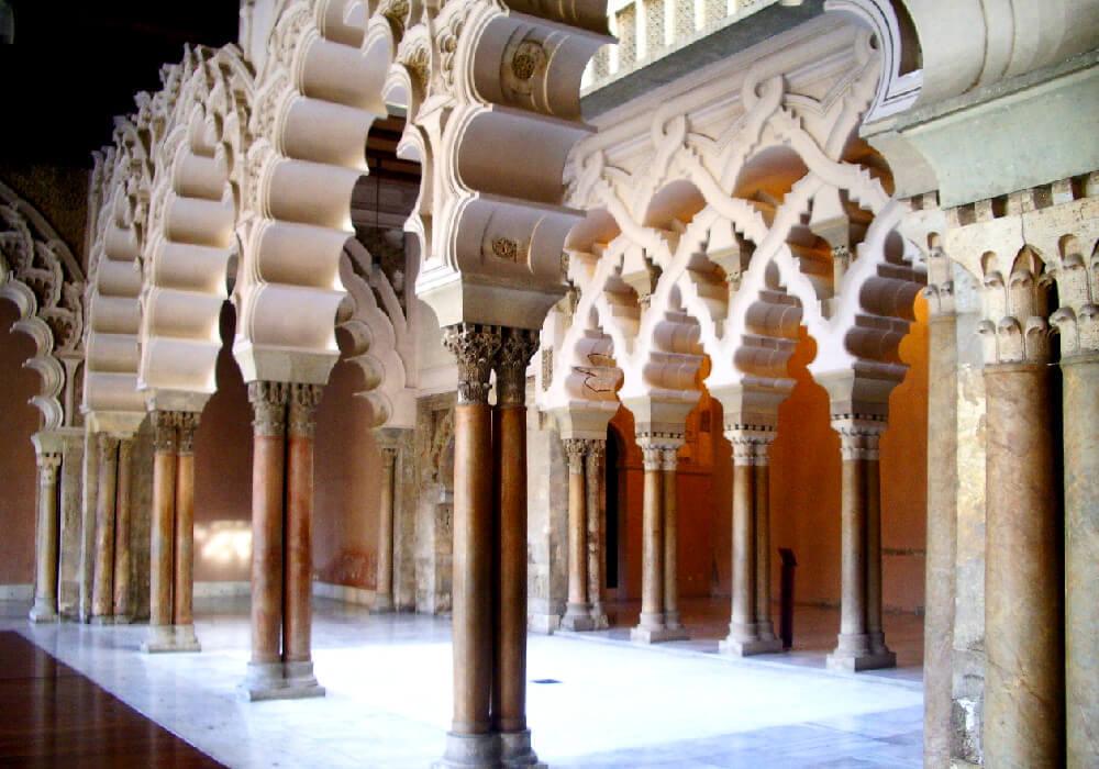 Este bello palacio está decorado con arcos y columnas y posee muy finos detalles que lo hacen digno de admirar.