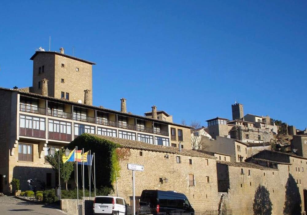 Éste lugar te permitirá recorrer las hermosas calles empedradas y ver las casas con sus escudos y ventanas góticas.