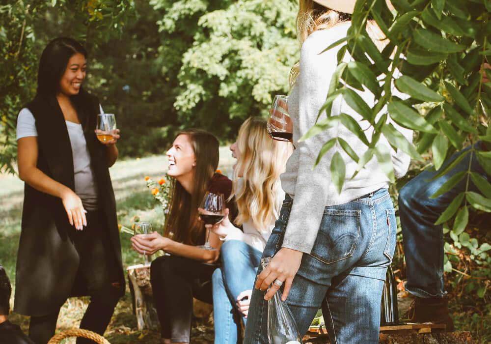 Personas disfrutando de vino, dentro de la Ruta del Vino en Castilla y León.
