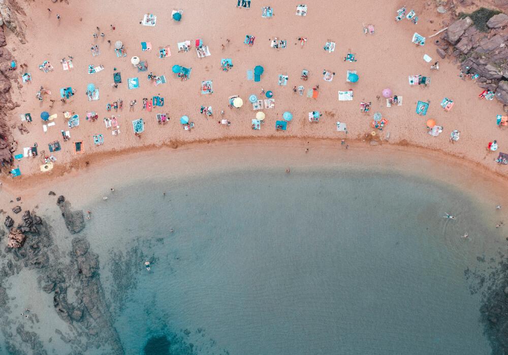 Playa de arena en Menorca, no puedes perderte este destino.