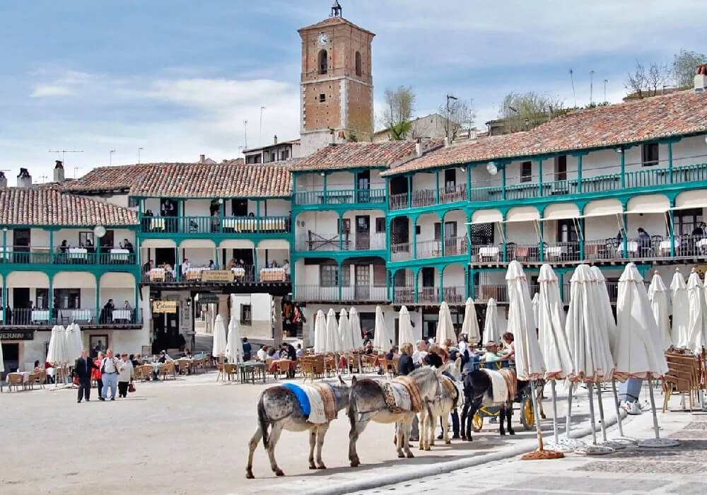 Ésta plaza es un claro ejemplo de las plazas porticadas de España.