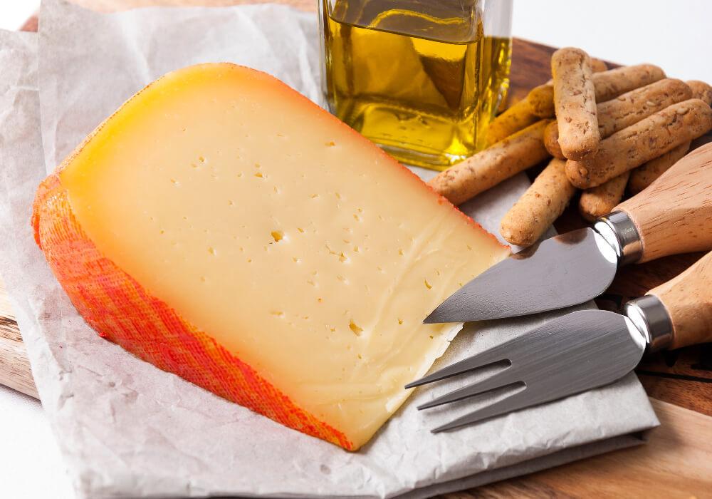 Queso de Mahón platillo típico de Menorca.