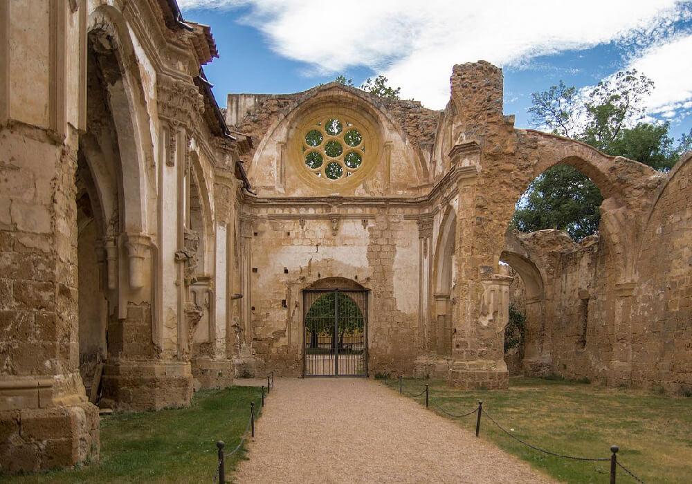 Se encuentra en un parque natural junto al Río Piedra, se ha restaurado varias veces.