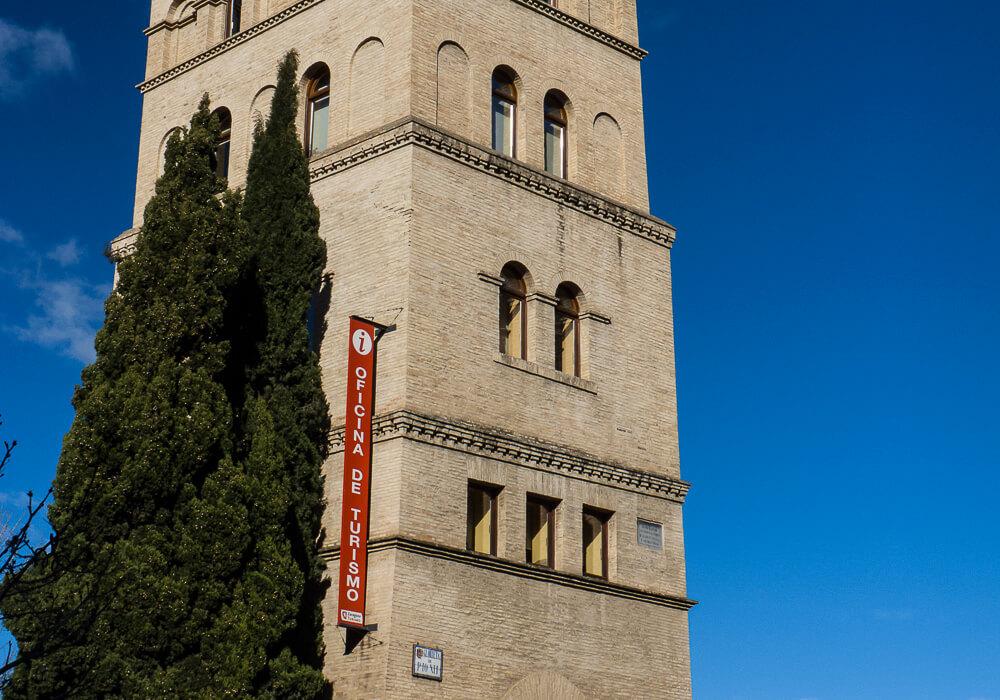 En ésta torre se encuentra la oficina municipal de turismo, se encuentra entre las murallas de romanas.