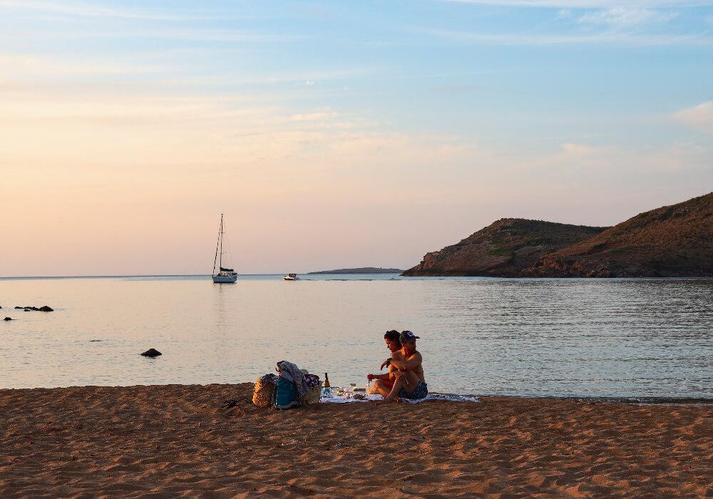 Turistas disfrutando de su escapada a Menorca.