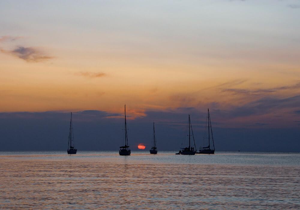 Disfruta de un paso en velero en tu escapada a Menorca.