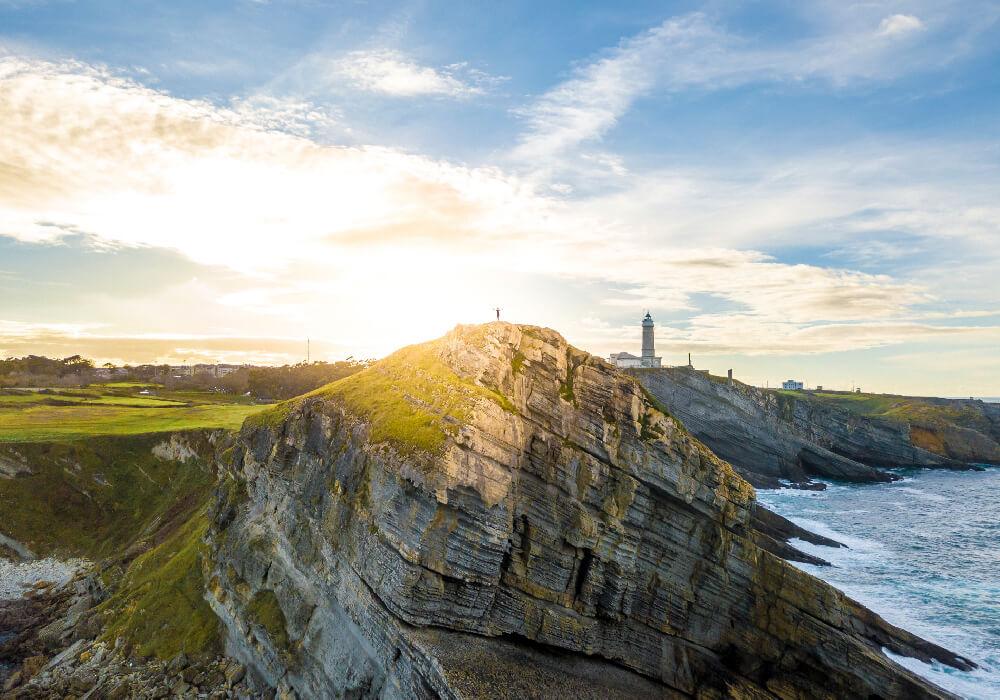 Faro de Cabo Mayor es un escenario natural de Santander de los más bellos.