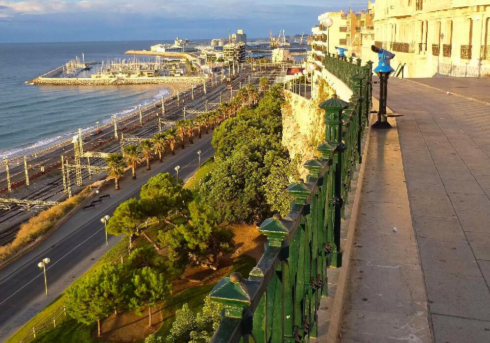 Al fin al de la Avenida Rambla Nova te encontrarás con el maravilloso Balcón del Mediterráneo, la mejor vista para ver el puerto de Tarragona.