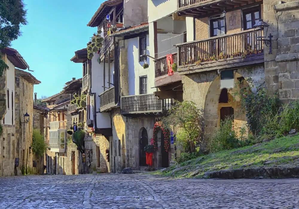 En Santillana del Mar disfruta de sus calles y hermosas casas.