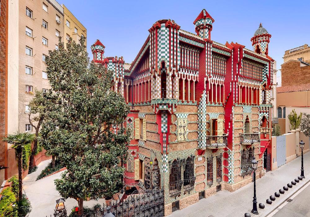 Colores magníficos son rasgos remarcables de las obras de Gaudí.