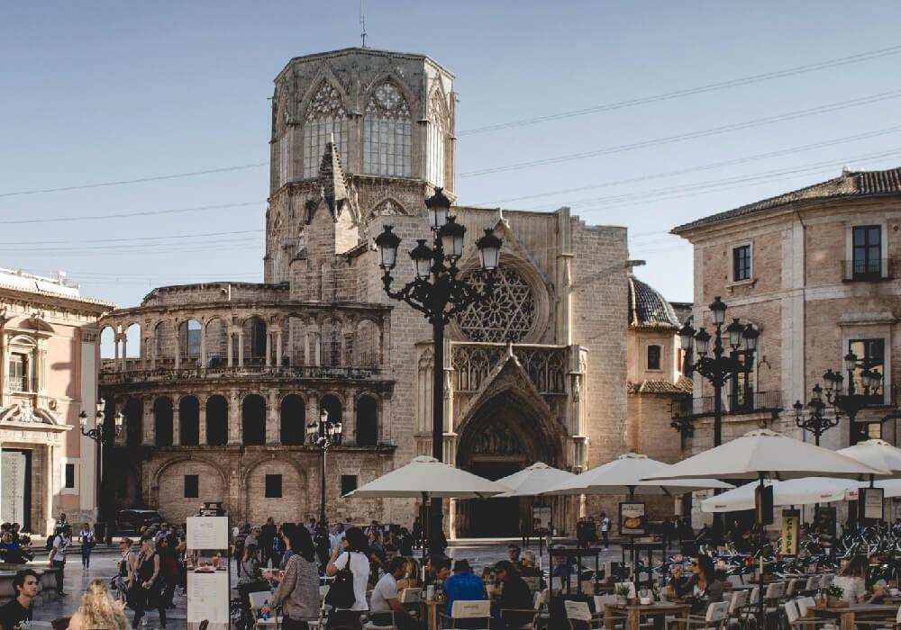 Una de las catedrales más importantes de toda España ya que guarda el Santo Cáliz, otra razón para visitar en tu escapada a Valencia este lugar.