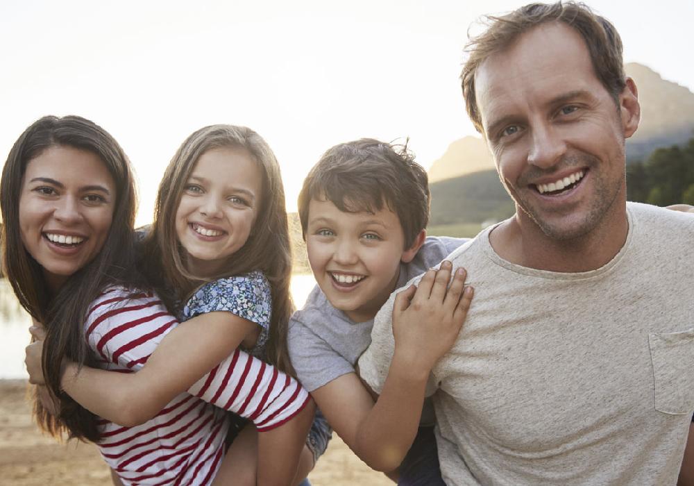Familia divirtiéndose en su escapada a Valencia.