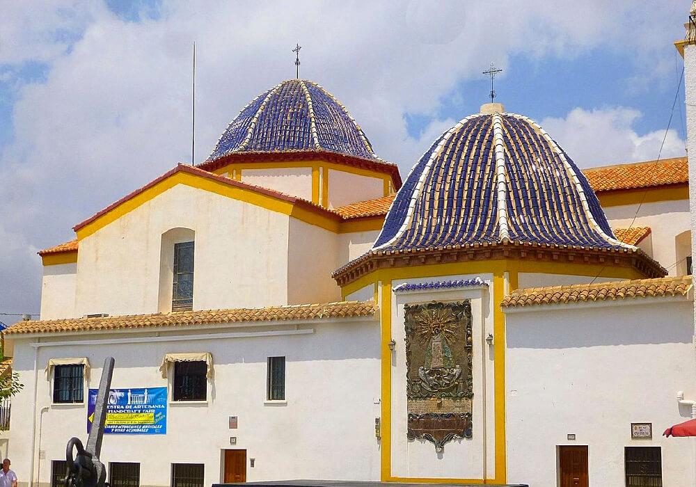 Pasea por las calles de Benidorm y no olvides conocer la Iglesia de San Jaime y Santa Ana.