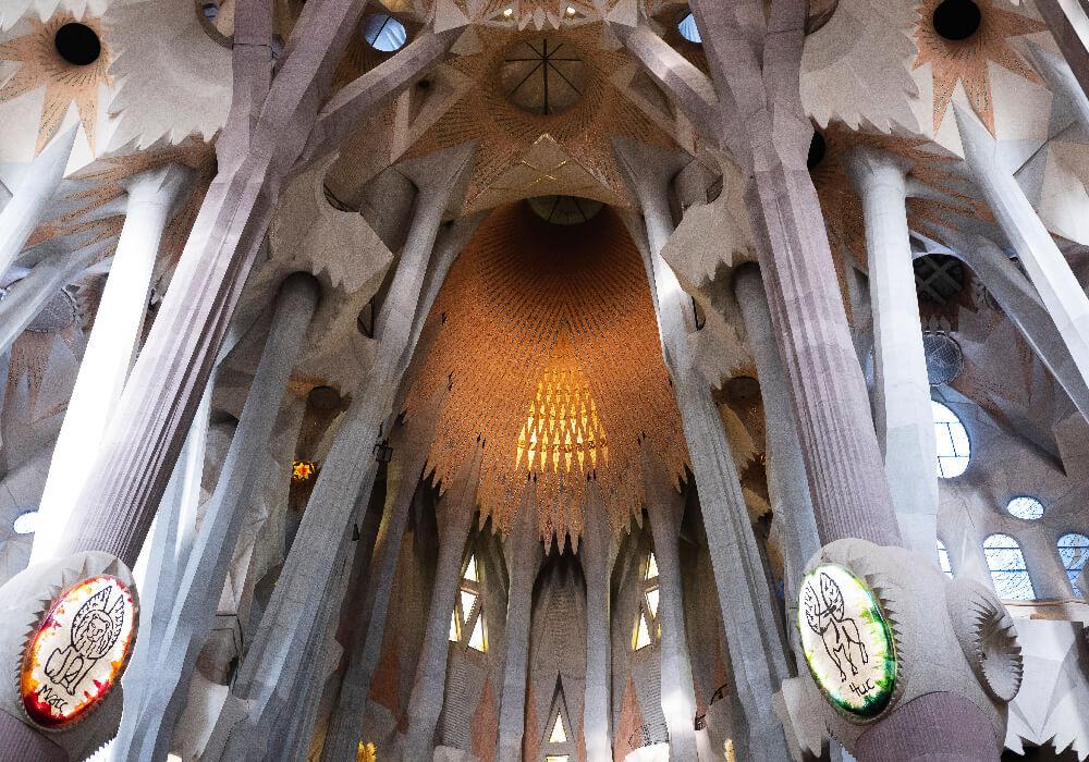 L a Sagrada Familia posee belleza en si interior y en su exterior.