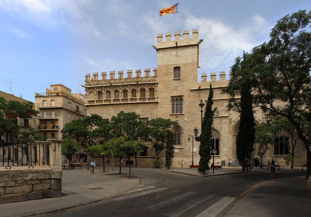 Visita la mejor obra maestra del arte gótico de la Ciudad de Valencia. La Lonja de Seda.