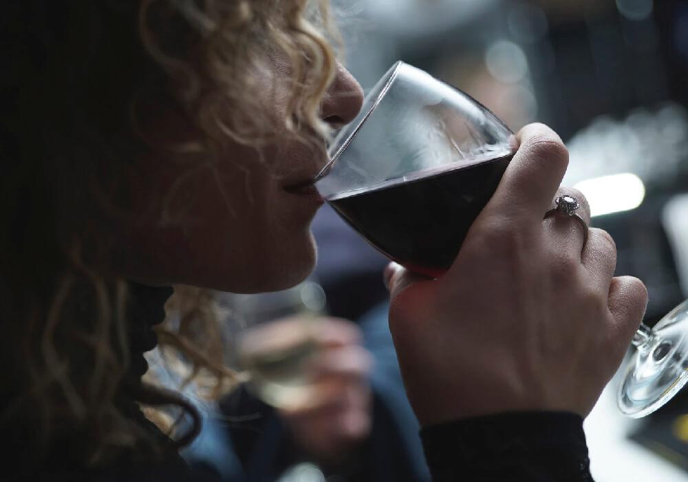 No dejes de beber vino de en tu escapada a Barcelona, el mejor acompañante.