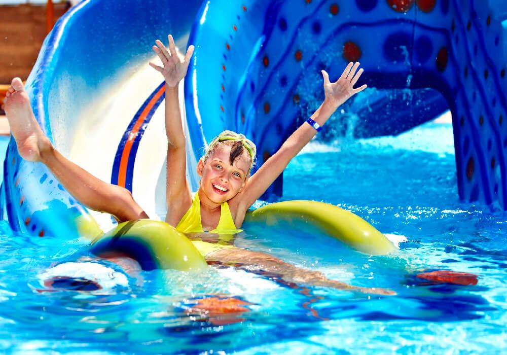 También una actividad que puedes realizar en tu escapada es ir a algún parque acuático y disfrutar en familia.