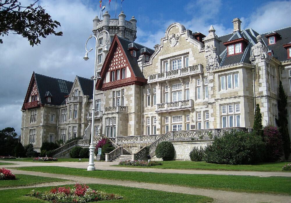 El palacio Magdalena es un lugar hermoso que no puedes perderte en tu escapada a Cantabria.