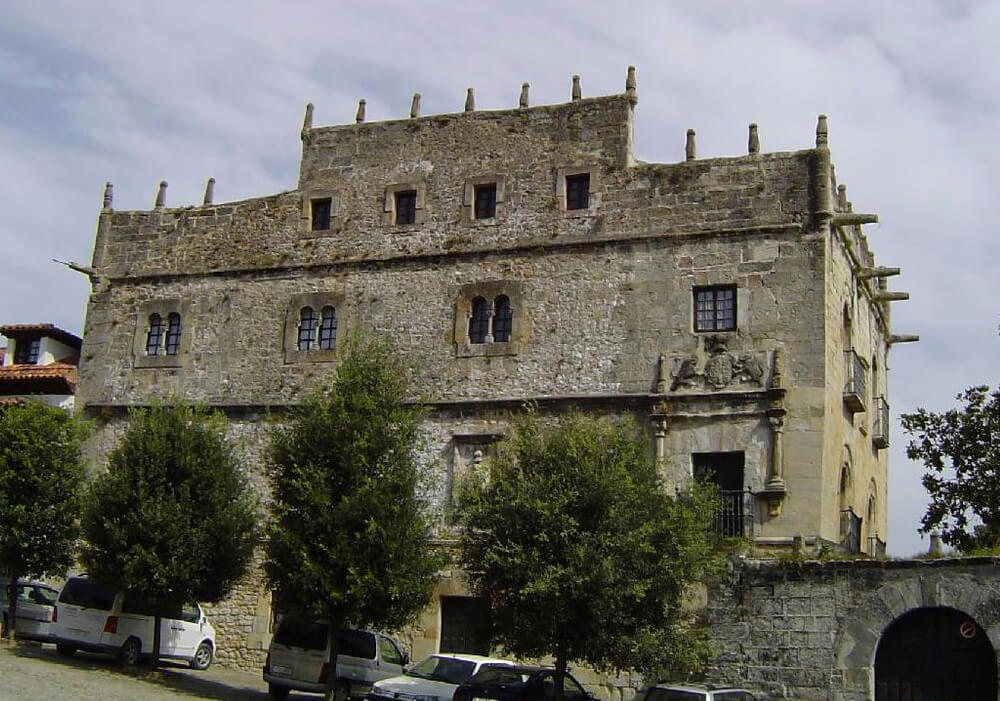Planea una ruta por los palacios en Santillana del Mar, e incluye en tu ruta el Palacio Velarde.