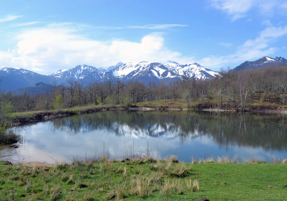 No te pierdas de los famosos Picos de Europa en tu escapada a Cantabria.