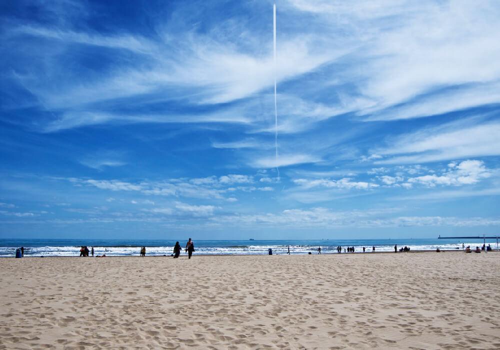 La playa Malvarrosa es la más popular de Valencia, visítala en tu escapada allí.