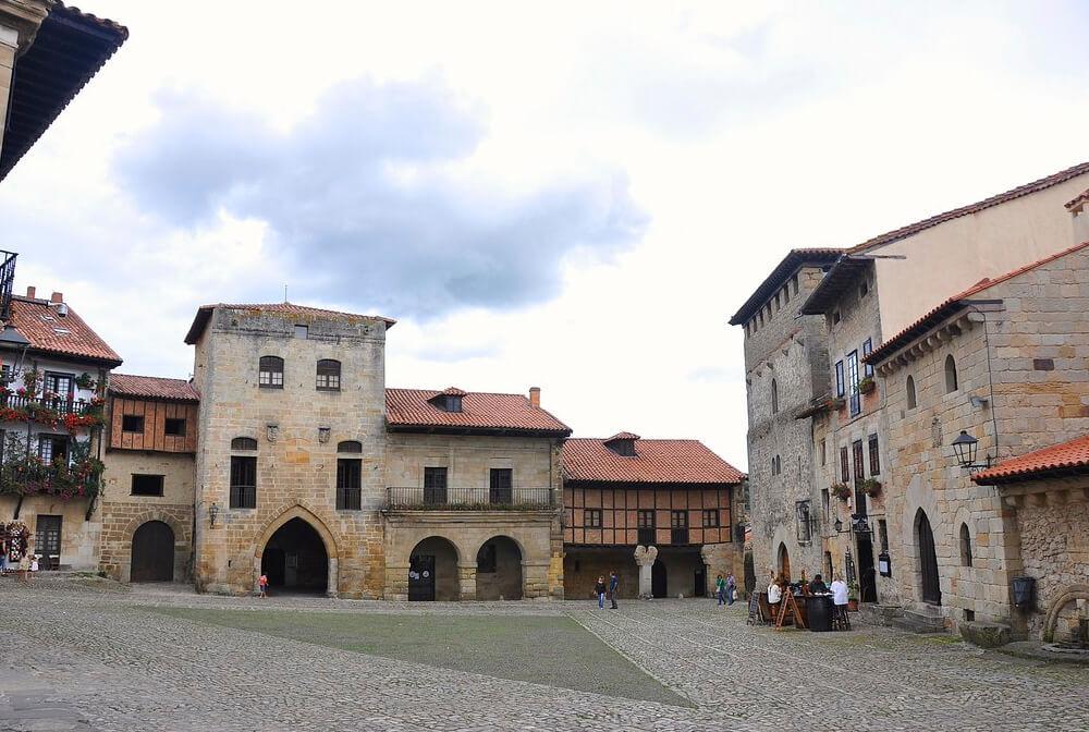 Visita la Plaza Mayor en tu escapada por Cantabria.