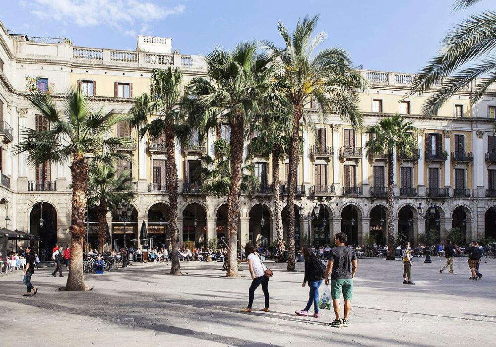 Las farolas de la Plaza Real también son atributo de Gaudí.
