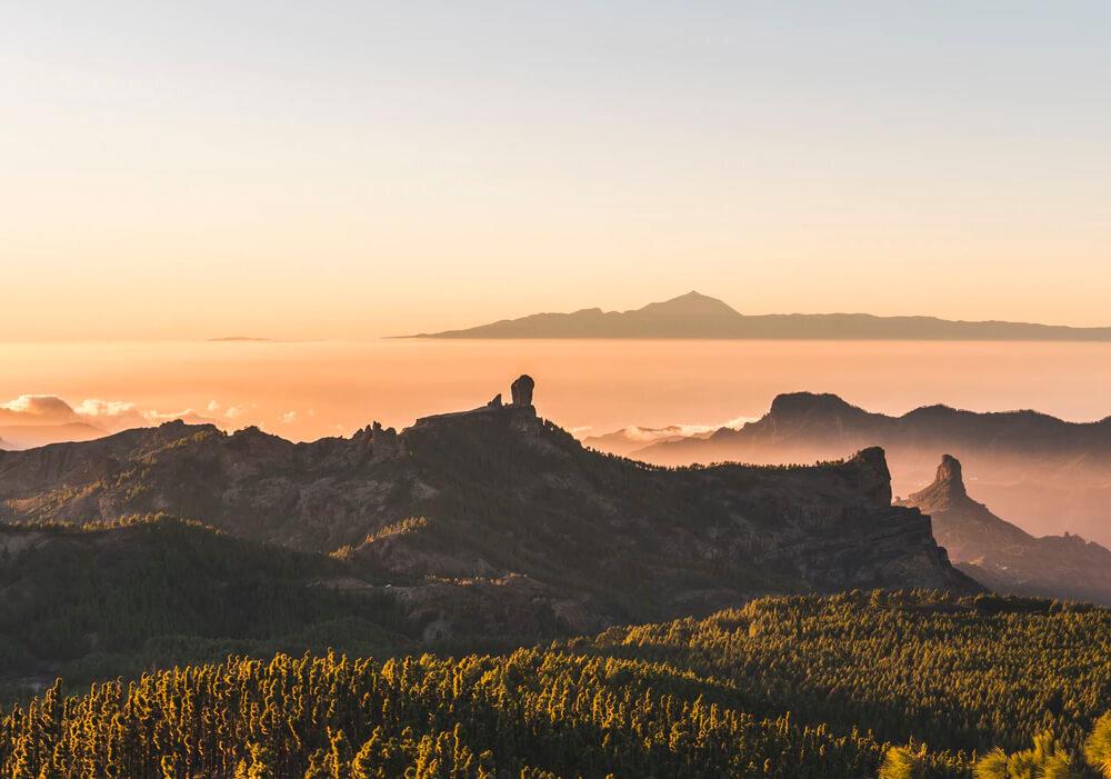 Explora el Roque Nublo en Gran Canaria.