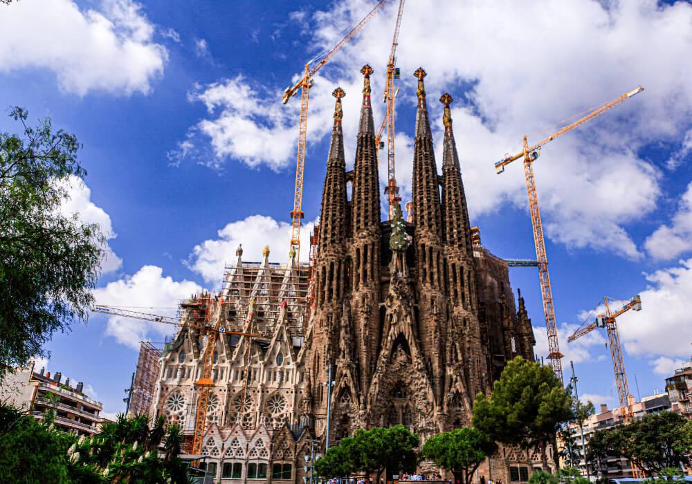 La Sagrada Familia si bien es una de las más notables obras de Gaudí.