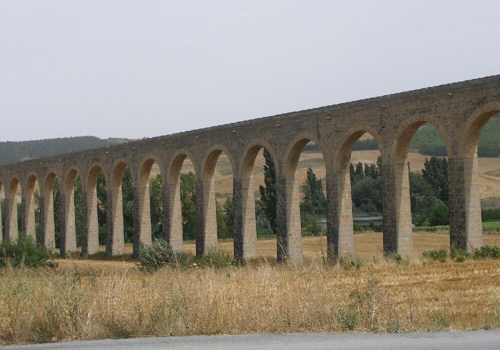 Una de las Joyas arquitectónicas de la Comarca de Pamplona es el acueducto de Noián.