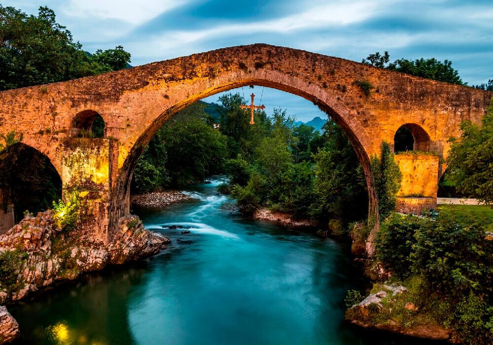 No puedes conocer Asturias y León sin pasar desde luego a las hermosa Cangas de Onís.